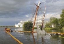 The mast of the Elbe No. 5 can still be seen above the water.